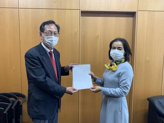 議員の辞職願を熊沢議長に提出